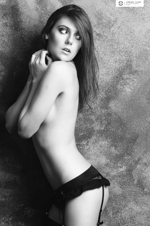 Wirklich schönes Bild einer jungen halbnackten Frau